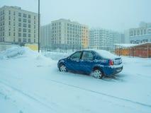 L'automobile è parcheggiata su una via nevosa Fotografie Stock Libere da Diritti