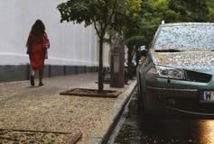 L'automobile è parcheggiata in tempo piovoso Immagini Stock