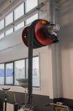 L'automobile émet de la vapeur l'unité de vetillation d'échappement dans la station service de voiture Images libres de droits