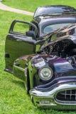L'automobile americana classica d'annata porpora con le porte si apre Fotografia Stock