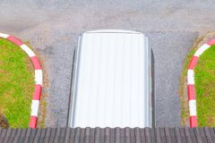 L'automobile che parcheggia la vista superiore con lo spazio della copia aggiunge il testo fotografie stock