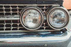 L'automobile classica con il primo piano sui fari o la lampada del faro di macera Immagine Stock Libera da Diritti