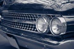 L'automobile classica con il primo piano sui fari o la lampada del faro di macera Immagini Stock Libere da Diritti