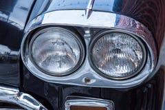 L'automobile classica con il primo piano sui fari o la lampada del faro di macera Fotografia Stock Libera da Diritti