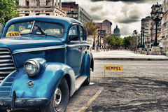 L'automobile classica d'annata blu ha parcheggiato in vecchia via di Avana Fotografia Stock