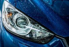 L'automobile compatta blu di SUV con lo sport e la progettazione moderna stanno lavando i wi Fotografie Stock Libere da Diritti