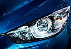 L'automobile compatta blu di SUV con lo sport e la progettazione moderna stanno lavando i wi Fotografia Stock Libera da Diritti