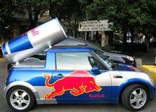 L'automobile con un toro di colore rosso dell'emblema Immagine Stock
