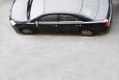 L'automobile d'une classe affaires couverte par la neige Images libres de droits