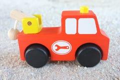 L'automobile del giocattolo dei bambini ha fatto il legno Fotografie Stock Libere da Diritti