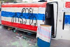 L'automobile della polizia dopo si scontra con il dimostrante antigovernativo Fotografia Stock