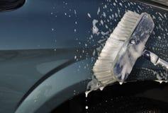 L'automobile di lavaggio con frega la spazzola Fotografia Stock