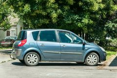 L'automobile di Renault Scenic 1,9 DCI ha parcheggiato sulla via fotografia stock libera da diritti