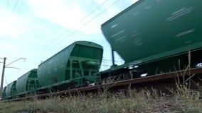 L'automobile di trasporto verde sta muovendosi lungo la ferrovia stock footage