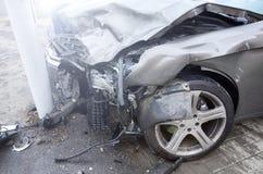 L'automobile di un autista ubriaco ha slittato e gettato dalla strada in una posta del semaforo un incidente stradale non Assicur fotografie stock