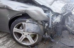 L'automobile di un autista ubriaco ha slittato e gettato dalla strada in una posta del semaforo un incidente stradale non Assicur fotografia stock