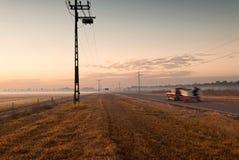 L'automobile dirige i towrds un orizzonte nebbioso all'alba Darwin, Australia immagini stock