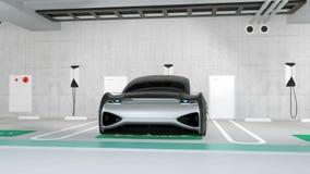 L'automobile elettrica di colore d'argento che fa pagare nella stazione di carico individua nel parcheggio sotterraneo video d archivio