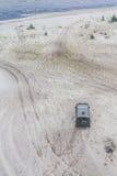 L'automobile fuori strada nella sabbia a Lagoa fa il lago Patos Immagini Stock