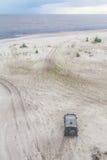 L'automobile fuori strada nella sabbia a Lagoa fa il lago Patos Fotografia Stock