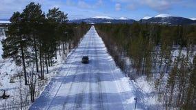 L'automobile guida su una strada dell'inverno fra il legno e video d archivio