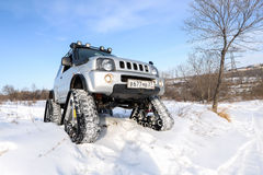 L'automobile guida sulle piste nell'inverno Fotografia Stock