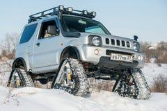 L'automobile guida sulle piste nell'inverno Immagini Stock Libere da Diritti
