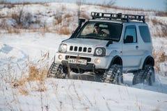 L'automobile guida sulle piste nell'inverno Immagine Stock Libera da Diritti