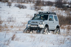 L'automobile guida sulle piste nell'inverno Fotografie Stock
