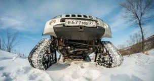 L'automobile guida sulle piste nell'inverno Fotografie Stock Libere da Diritti