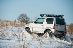 L'automobile guida sulle piste nell'inverno Immagini Stock