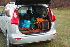 L'automobile ha caricato con il circuito di collegamento ed i bagagli aperti Fotografie Stock