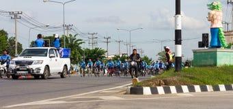 L'automobile ha condotto la processione dei ciclisti Fotografia Stock Libera da Diritti