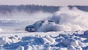 L'automobile ha slittato su una strada innevata dell'inverno Frenaggio di emergenza Correndo sul ghiaccio del lago immagini stock libere da diritti