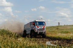 l'automobile Hino di raduno del camion che guida sulla strada spruzza della sporcizia e dell'acqua fotografia stock libera da diritti