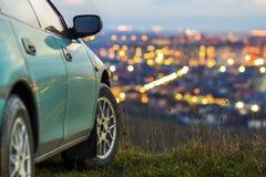 L'automobile moderna con la città luminosa vaga si accende dietro Immagini Stock Libere da Diritti