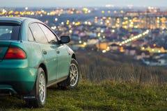 L'automobile moderna con la città luminosa vaga si accende dietro Fotografia Stock Libera da Diritti