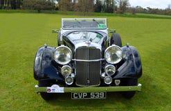 L'automobile nera classica di Alvis ha parcheggiato su erba Immagine Stock Libera da Diritti