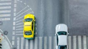 L'automobile occupata della città sta passando il passaggio pedonale sulla strada di traffico Immagini Stock