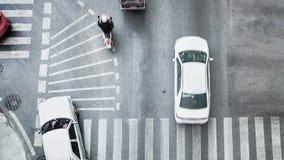 L'automobile occupata della città sta passando il passaggio pedonale sulla strada di traffico Fotografia Stock Libera da Diritti