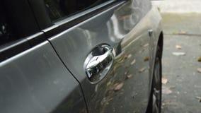 L'automobile pugnalante della mano digita il foro della maniglia e torce per aperto con passa la trazione archivi video