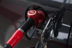 L'automobile rifornisce di carburante il processo immagine stock