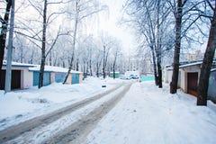 L'automobile segue a sinistra sulla strada sdrucciolevole nevosa nell'inverno Alberi nel hoarf fotografia stock libera da diritti