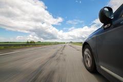 L'automobile si muove alla grande velocità Immagini Stock