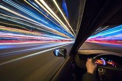 L'automobile si muove alla grande velocità Immagine Stock