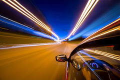 L'automobile si muove alla notte Immagine Stock