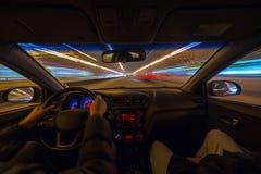 L'automobile si muove alla notte Immagini Stock
