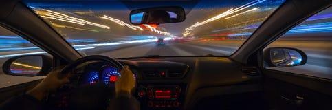 L'automobile si muove alla notte Fotografie Stock