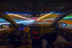 L'automobile si muove alla notte Fotografia Stock