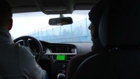 L'automobile si muove lungo la zona industriale, vista dalla cabina con lo schermo verde archivi video